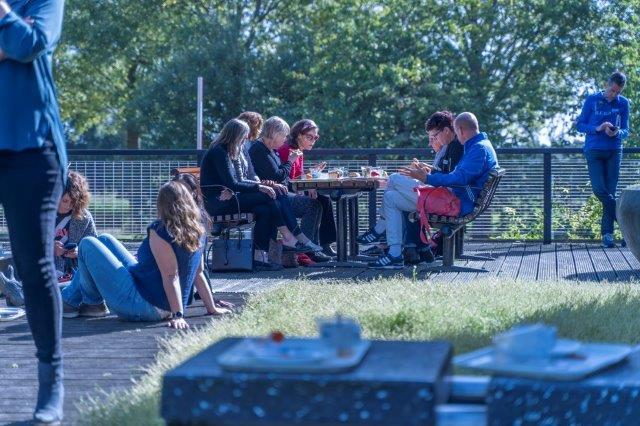 Lunch op het buitenterras tijdens symposium MS en werk