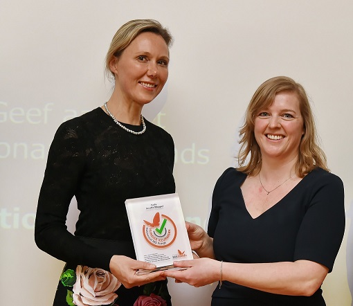 Neuroloog Esther Zeinstra (links) ontvangt het Vlinderkeurmerk uit handen van directeur Rianne Wisgerhof van het Nationaal MS-fonds